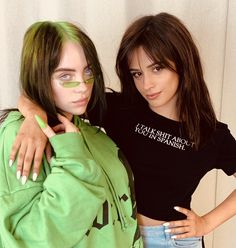 'I Talk Shit About You In Spanish' shirt worn by Camila Cabello hanging out with Billie Eilish. Billie Eilish, Shawn Mendes, Camila Cabello Style, Photo Star, Fifth Harmony, Cara Delevingne, Green Hair, American Singers, Foto E Video