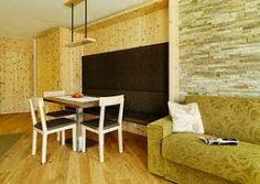 Dürfen wir Sie auf ein Erlebnis einladen, das eine Reise wert ist? Dürfen wir Sie überraschen und begeistern in einem alpinen Lifestyle-Ambiente, das mit charmanter Herzlichkeit und Gastfreundschaft zum Wohlfühl-Zuhause wird? Mit Freude. Herzlich willkommen in Ihrem Aparthotel Arabella**** – der wohl stilvollsten und zugleich naturverbundensten Adresse in Nauders, im Dreiländereck von Österreich, Italien und der Schweiz. Das Hotel Nauders.