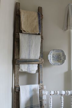 old textiles on old ladder.or towels on old ladder Old Wooden Ladders, Old Ladder, Antique Ladder, Rustic Ladder, Country Decor, Rustic Decor, Shabby Vintage, Shabby Chic, Lino Natural