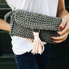 Super easy step by step diy - knitted summer purse with tassel that will match your casual outfit.  Free pattern.