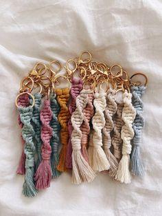 Macrame Design, Macrame Art, Macrame Projects, Macrame Jewelry, Macrame Patterns, Crochet Patterns, Art Macramé, Diy Keychain, Keychains