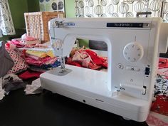 Okay folks, I'm ready to dish. I've had my lovely Juki TL2010Q  for a good three weeks now. Lots of sewing, straight line quilting and ...