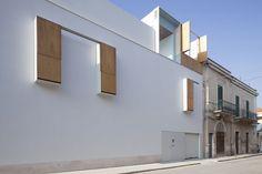 L'edificio oggetto dell'intervento è collocato nelle vicinanze della piazza principale di Bitritto, centro abitato limitrofo alla città di Bari, in un lotto angolare inserito in un tessuto compatto, caratterizzato da edifici molto diversi tra loro per nat