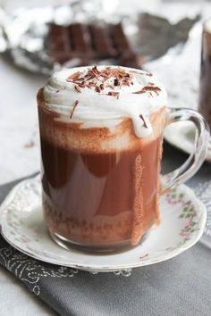 Chocolat Liégeois, chantilly coco {vegan} - aime & mange Plus Coffee Recipes, Raw Food Recipes, Desserts Végétaliens, Yummy Drinks, Yummy Food, Healthy Drinks, Café Chocolate, Creme Dessert, Winter Drinks