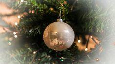 En el adorno navideño se refleja  al fotografo y productor....