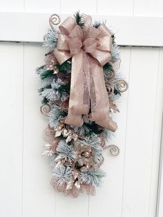 Rose Gold Christmas Decorations, Christmas Swags, Christmas Door, Gold Decorations, Christmas Arrangements, Christmas Ribbon, Holiday Wreaths, Holiday Crafts, Christmas Ideas