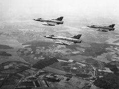 Aviões cruzam o céu na fronteira entre Israel e Egito no primeiro dia da guerra, em 5 de junho de 1967. Os egípcios, derrotados, sofreram as maiores baixas na Guerra dos Seis Dias e perderam o controle da Faixa de Gaza e da Península do Sinai  Foto: AFP