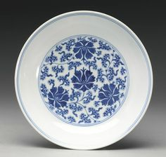A blue and white 'Mallow' dish, Qianlong mark and period - Alain.R.Truong