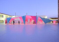 Architecte espagnol, Julio Barreno a réalisé la nouvelle aire de jeu de l'école communale de la ville d'Algodonales. De fines feuilles d'acier peintes de couleurs vives ont été pliées pour donner forme à un préau en origami. ...