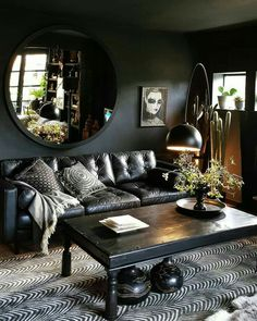 Dark walls and great styling. Dark walls and great styling. The post Dark walls and great styling. appeared first on Pallet Ideas. Dark Living Rooms, Home And Living, Gothic Living Rooms, Dark Bedrooms, Bold Living Room, Cozy Living, Frugal Living, Small Living, Modern Living
