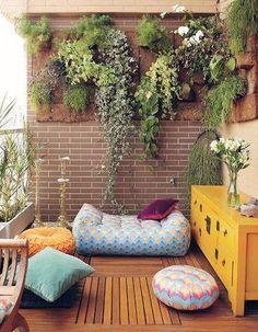 Balcon tapissé d'un mur végétal