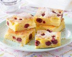 Kleckselkuchen mit Pudding und Kirschen.