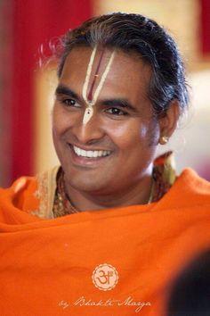 Swami Vishwananda. Maestro del OM que practicamos en casa.