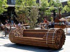 Banco urbano hecho de bambú