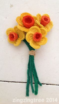 This Bright And Colourful Pipe Cleaner Daffodil Craft Pipe cleaner flowers - daffodilsPipe cleaner flowers - daffodils Pipe Cleaner Projects, Pipe Cleaner Art, Pipe Cleaner Flowers, Pipe Cleaners, Cute Crafts, Crafts To Do, Crafts For Kids, Arts And Crafts, Daffodil Craft