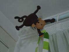 Enfeite em feltro cortina quarto Diego