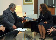 Embajadora Julissa Reynoso presentó sus cartas credenciales al Presidente José Mujica [http://embajadausauruguay.blogspot.com/]