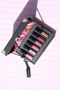Zum Launch der Estée Lauder Pure Color Envy Paint-On Liquid Lipcolor kreierte der britische Maler Ian Davenport mit Estée Lauder diesen tollen Koffer! Estée Lauder, Estée Lauder Lipstick, Lipstick, Pure Color Envy Paint-On Liquid Lipcolor, Ian Davenport, Lipstick matte, lipstick metallic, lipstick vinyl, lifestyle, beauty, Swiss blog, Swiss blogger, Swiss beauty blogger, flatlay, beauty flatlay, spring, frühling, lips, lip, lipstoenvy, Estée Lauder Metallic Lipstick, Matte Lipstick, Liquid Lipstick, Estee Lauder Brands, Estee Lauder Makeup, Makeup Geek, Love Makeup, Beauty Makeup, Best Makeup Tips