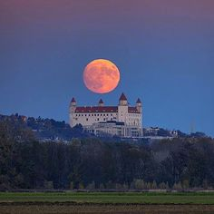 SuperMoon above Bratislava castle 🌝 Top photo by @spido83 www.matejkovac.com 👍🇸🇰 Follow us on Facebook, link in BIO #ThisIsSlovakia Photo selected by @gabriellovas 😎🤘 Beautiful Places In The World, Most Beautiful Cities, Places Around The World, Wonderful Places, Earth Sun And Moon, Bratislava Slovakia, Shoot The Moon, Heart Of Europe, Medieval Castle
