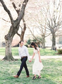 Photography ideas from this real couples' spring cherry blossom engagement session.   #loveshoot #weddingphotographyposes #engagementsessions #couplesessions