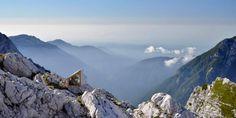 El color gris y un acabado arenado armoniza con el paisaje de alta montaña