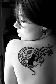 ¡Amantes de los gatos, yo los invoco! ~ Un lindo tatuaje en donde solo aparece Luna, y, sobre ella, un Gato que observa las flores.