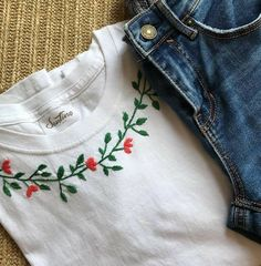 Hand Embroidery Videos, Embroidery On Clothes, Flower Embroidery Designs, Simple Embroidery, Shirt Embroidery, Embroidered Clothes, Embroidery Fashion, Hand Embroidery Patterns, Diy Mexican Embroidery