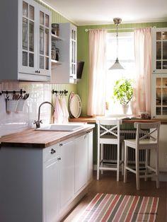 IKEA Österreich, Inspiration, Küche, weiß, Landhausstil, Wandschrank FAKTUM, Barhocker INGOLF, Hängeleuchte KROBY, Knauf FÅGLAVIK, Griff FÅGLEBODA, Arbeitsplatte NUMERÄR ähnliche Projekte und Ideen wie im Bild vorgestellt findest du auch in unserem Magazin