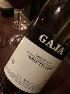 This mature Barbaresco 🍷- 1982 #Gaja Barbaresco Sorì Tildìn - reminds me of how wine from #Piedmont can light up one's sensory dashboard: a swirl of flowers, mint, and cherries on a medium weight frame, accented by a lovely earthiness. Concentrated and expressive, with a silky finish that turns a bit spicy after some time. The Sorì Tildìn vineyard is named after Angelo Gaja's grandmother 👵 , and this refined effort is due tribute.