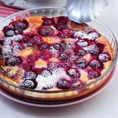Der Klassiker aus Frankreich kommt ofenfrisch importiert hierzulande am besten mit frischen Süßkirschen auf den Tisch.