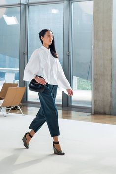 your uniqueness and show your individuality at workplace…. Get inspired from some of the below mentioned ideas to be the best dressed employee Christophe Lemaire, Jil Sander, Fashion Mag, Womens Fashion, Women Figure, Geek Chic, Spring Summer 2015, Black Denim, Nice Dresses