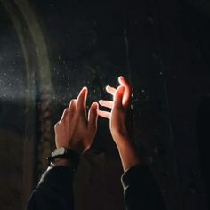 Image uploaded by Nίνα. Find images and videos about photography, boy and aesthetic on We Heart It - the app to get lost in what you love. Flick Flack, Yennefer Of Vengerberg, Slytherin Aesthetic, Hand Reference, Pose Reference, Drawing Reference, Foto Art, Light And Shadow, The Magicians