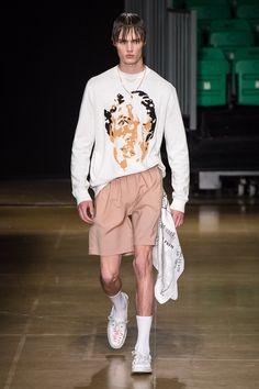 MSGM Spring 2020 Menswear Fashion Show Collection: See the complete MSGM Spring 2020 Menswear collection. Look 16 Men's Fashion, Male Fashion Trends, Runway Fashion, High Fashion, Fashion Outfits, Milan Fashion, Young T, La Mode Masculine, Fashion Show Collection