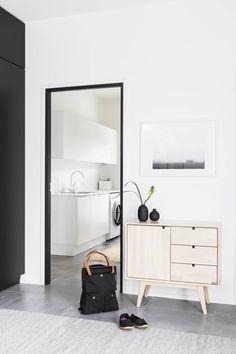 Lamujen Ladossa huonejakoa muutettiin reippaasti, jotta taloon saatiin suuri eteinen. Eteisen lipasto on Kiteen Huonekalutehtaan.