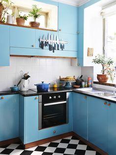 Turquoise kitchen via The Design Files Blue Cabinets, Kitchen Cabinets, Kitchen Dining, Kitchen Decor, Space Kitchen, Kitchen Styling, Turquoise Kitchen, The Design Files, Deco Design