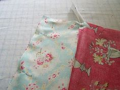 n' stitches designs: Lined Purse with Zipper Tutorial. Zipper should be folded toward the outer fabric. Sew around edges with in. seam and leave about a opening on the side edge of lining fabric. Easy Sewing Projects, Sewing Tutorials, Sewing Crafts, Tutorial Sewing, Bag Tutorials, Coin Purse Tutorial, Zipper Pouch Tutorial, Tote Tutorial, Bag Patterns To Sew