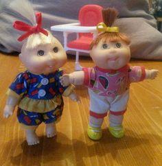 Cabbage patch kids - mini - 2 Babys, mit  Hochstuhl,  ca. 11 cm