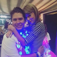 Taylor with a fan in Loft St. Paul night one! All About Taylor Swift, Taylor Swift Style, Taylor Alison Swift, Ethel Kennedy, Swift 3, How Beautiful, Role Models, I Am Awesome, Celebrities