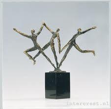 dynamisch: beweeglijk of de indruk geven dat er beweging is; het tegenovergestelde van statisch.