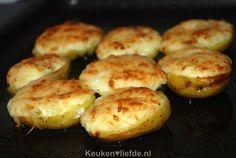 Wil je eens wat anders op tafel zetten dan een gekookte aardappel? Probeer dan deze gevulde aardappels uit de oven. Een makkelijk te maken en feestelijk bijgerecht. Je kunt dit gerecht ook prima al va