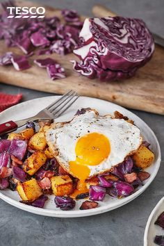 If you're in need of a restorative brunch after one too many Christmas parties, try this baked red cabbage, bacon and potato hash. Crisp roast potatoes, smoky bacon and sweet red cabbage are topped with a perfectly fried egg fora breakfast feast. Rice Recipes, Brunch Recipes, Healthy Dinner Recipes, Breakfast Recipes, Cooking Recipes, Healthy Meals, Red Cabbage Recipes, Cabbage And Bacon, Tilapia
