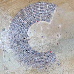 """Grafisch angelegte Kunststadt beim Burning Man Festival: """"Aus unserer..."""