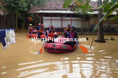 Tim SAR tengah mengevakuasi korban banjir di Dusun Cisaar dan Dusun Tamansari…