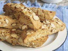 Vous adorez les biscottis que vous mangez avec votre café? J'ai des petites nouvelles pour vous... C'est encore meilleur quand c'est fait maison! Biscotti, Basic Scones, Cookie Cutters, French Toast, Muffin, Bistro, Pie, Sweets, Cookies