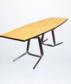 """Mesa """"Aila"""" de moix - Mesa de centro de inspiración nordik cuya estructura está compuesta de dos sillas cromadas años 70' contrapuestas. 150 €."""