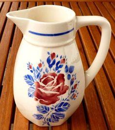 Pichet en faïence de Lunéville KG, roses rouges, feuillage bleu, parfait état