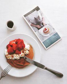 Masaki HiguchiさんはInstagramを利用しています:「breakfast pancake . 朝食にパンケーキ。 . 母校の卒業生向け会報に なんと、表紙がボナさん! 先日取材をしていただき、 春の号に載りました。 エイプリルフールだけど、 本当の出来事なのでした。 造形の卒業生のみなさま、 どうぞよろしくです。 . .…」
