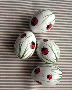 Ein Satz von 4 weiss Hand verziert bemalte Osterei Huhn Essentially the most ancient Easter Egg Crafts, Easter Crafts, Diy And Crafts, Easter Decor, Easter Ideas, Spring Crafts, Holiday Crafts, Art D'oeuf, Painted Rocks