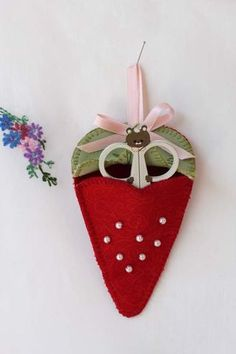 DIY: Strawberry Scissors Keep: Pattern and Tutorial.has printable templates, beading instructions and directions for embroidery. Felt Crafts, Fabric Crafts, Sewing Crafts, Diy And Crafts, Sewing Projects, Sewing Hacks, Sewing Tutorials, Sewing Ideas, Sewing Case