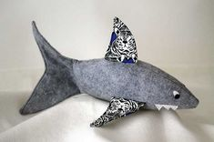 Friendly Shark Softie Free Pattern + Tutorial Sew Mama Sew Outstanding sewing, quilting, and needlework tutorials since Plushie Patterns, Animal Sewing Patterns, Softie Pattern, Sewing Patterns Free, Sewing Tutorials, Free Pattern, Free Sewing, Bag Tutorials, Purse Patterns